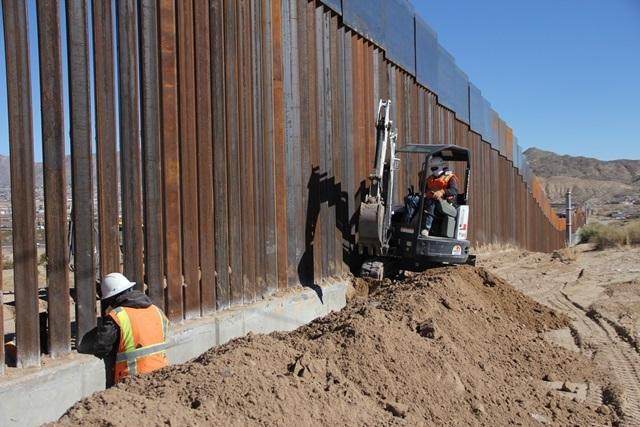 <i>คนงานกำลังก่อสร้างกำแพงช่วงหนึ่งในบริเวณชายแดนระหว่างเม็กซิโกกับสหรัฐฯเมื่อวันพุธ (25 ม.ค.)  วันเดียวกับที่ประธานาธิบดีอเมริกัน โดนัลด์ ทรัมป์ ลงนามในคำสั่งบริหาร ให้เจ้าหน้าที่สหรัฐฯลงมือวางแผนและก่อสร้างกำแพงกั้นตลอดชายแดนกว่า 3,000 กิโลเมตรของประเทศทั้งสอง </i>