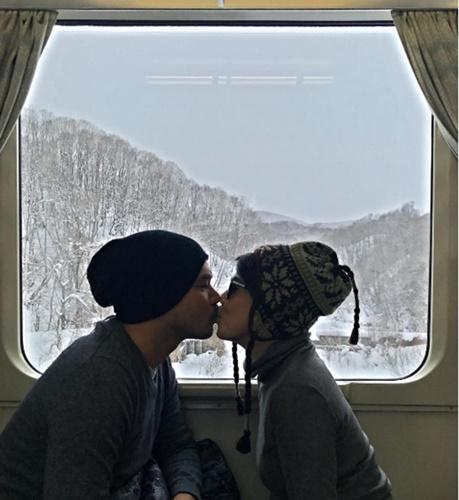 """""""เต๋า สมชาย"""" จูบปากเมียโชว์หวานที่ญี่ปุ่น"""