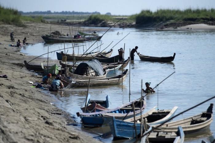 <br><FONT color=#000033>ภาพถ่าเมื่อวันที่ 23 พ.ย.2559 เผยให้เห็นกิจกรรมของคนท้องถิ่นที่อาศัยอยู่ตามแนวแม่น้ำอิรวดีใกล้เมืองมัณฑะเลย์. -- Agence France-Presse/Ye Aung Thu.</font></b>