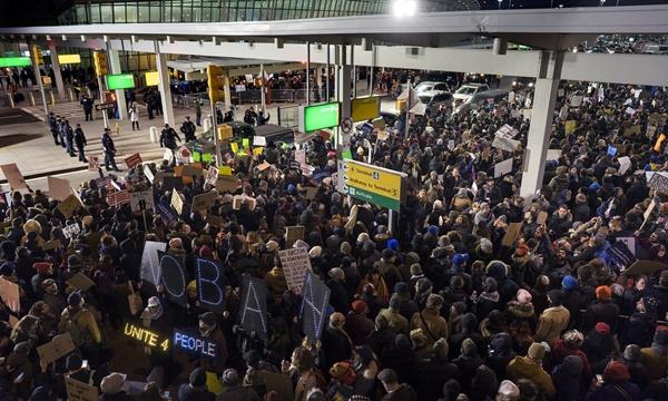 สนามบินทั่วอเมริกาประท้วงกันวุ่น ผู้คนสับสนหนัก ขนาดมีกรีนการ์ดยังห้ามเข้าประเทศ