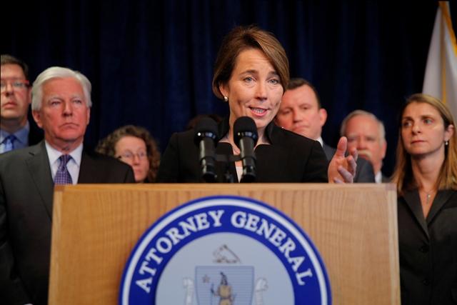 <i>มาอูรา ฮีลลีย์ อัยการสูงสุดมลรัฐแมสซาชูเซตส์ แถลงข่าวที่เมืองบอสตัน ในวันอังคาร (31 ม.ค.) ว่า รัฐของเธอจะเข้าร่วมในการฟ้องร้องคัดค้านคำสั่งฝ่ายบริหารของประธานาธิบดีโดนัลด์ ทรัมป์ แห่งสหรัฐฯ ซึ่งห้ามผู้ลี้ภัยและนักเดินทางจาก 7 ประเทศมุสลิม  ทั้งนี้มีอย่างน้อย 4 มลรัฐแล้วซึ่งประกาศดำเนินการทางกฎหมายเพื่อต่อสู้กับคำสั่งที่พวกเขาเห็นว่าขัดรัฐธรรมนูญสหรัฐฯนี้  ขณะที่อัยการสูงสุดของมลรัฐอย่างน้อย 16 รัฐที่บอกว่าจะต่อสู้คัดค้านเช่นกัน </i>