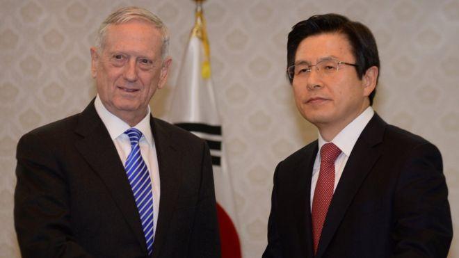 จิม แมตทิส รัฐมนตรีกลาโหมสหรัฐฯ(ซ้าย) พบปะกับ รัฐมนตรีเกาหลีใต้และรักษาการประธานาธิบดี ฮวาง คโย-อัน