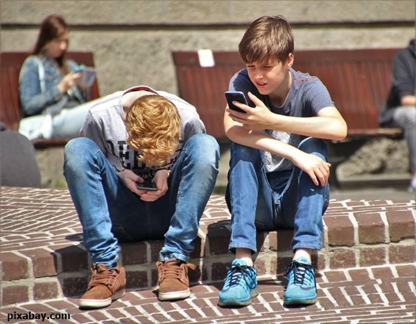 """ระวัง! """"คอยื่น หลังค่อม"""" โรคใหม่ยอดฮิต เมื่อติดสมาร์ทโฟน"""