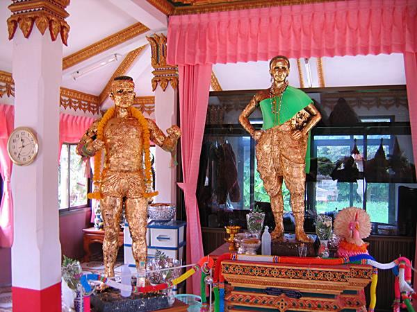 """รูปปั้นนายขนมต้ม เขยป่าโมก กับแม่ช่อมะขาม คนรัก บน""""ศาลาแม่ช่อมะขามคนงามป่าโมก"""" ที่วัดป่าโมก จังหวัดอ่างทอง"""