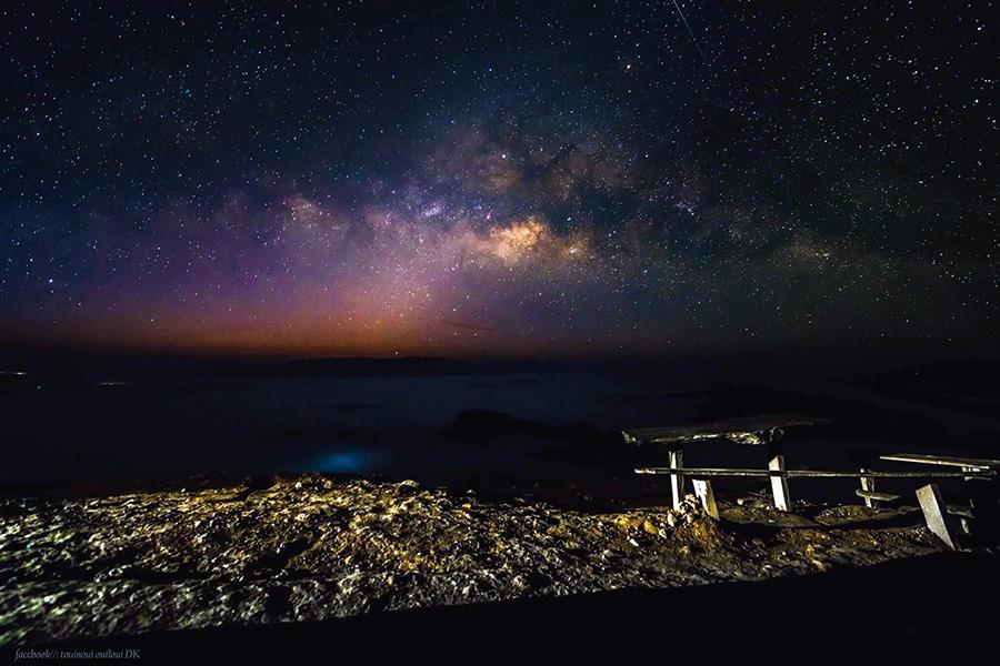 <br><FONT color=#00003>หมู่ดาวนับแสนนับล้านดวง กับกลุ่มกาแล็กซีที่อยู่ไกลโพ้น ส่องประกายให้ท้องฟ้าเหนือภูคูน แขวงหลวงพระบาง สว่างไสวในค่ำคืนแห่งฤดูหนาว นี่อาจจะเป็นช่วงเวลาดีที่สุด สำหรับการดั้นด้นสู่ภาคเหนือของลาว เพื่อดูความงามอันน่าอัศจรรย์ ของพระแม่ธรรมชาติอย่างเต็มๆ ตา. -- ภาพ: เฟซบุ๊ก/ตุ้ยนุ้ยอุ้ยลุ้ย (Touinoui Ouiloui).</b>