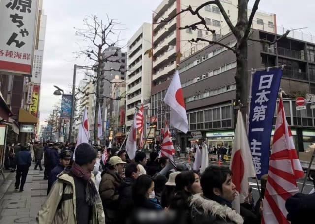 กลุ่มชาวญี่ปุ่นผู้รักชาติรวมตัวกันออกมาต่อต้านผู้ประท้วงชาวจีน (ภาพเอเจนซี)