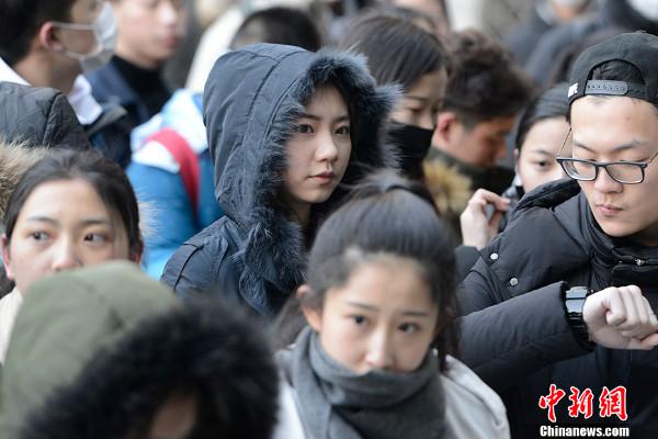 เด็กสาวจีนหนึ่งในจำนวนนับหมื่นๆ คนที่สอบคัดเลือกเข้าสถาบันภาพยนตร์ปักกิ่งในปีนี้ (ภาพไชน่านิวส์ สื่อจีน)