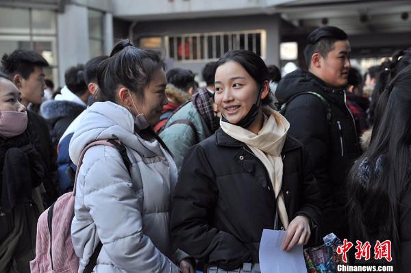 ว่า ในปีนี้ มีผู้สมัครเข้าเรียนในสถาบันการแสดงภาพยนตร์ปักกิ่งมากถึง 38,144  คน (ภาพไชน่านิวส์ สื่อจีน)