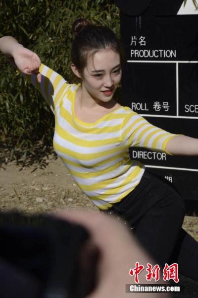 เด็กสาวจีนแสดงทักษะยืดหยุ่น (ภาพไชน่านิวส์ สื่อจีน)