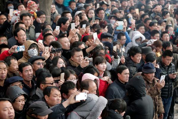 ชาวเมืองออกมาชมความครึกครื้นนับ 200,000 ราย (ภาพหวั่งอี้ สื่อจีน)