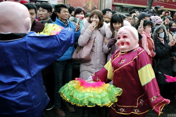 ขบวนพาเหรด ฉลองรับวันหยวนเซียวอย่างยิ่งใหญ่ (ภาพหวั่งอี้ สื่อจีน)