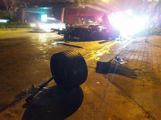 รอดตายปาฏิหาริย์ หนุ่มซิ่งรถหรูลัมบอร์กินีชนต้นปาล์มล้อหลุดกระเด็น 2 ข้าง