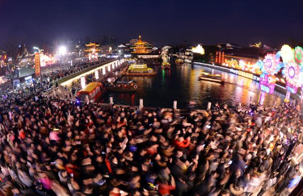 """ชาวเมืองหนันจิง มณฑลเจียงซูแห่กัน (ภาพรอยเตอร์ส) ออกมาชม """"โคมไฟ"""""""