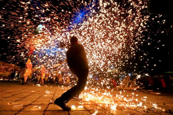 ศิลปินท้องถิ่นเมืองสุ่ยหนิง มณฑลเสฉวนสร้างสีสันด้วยประกายไฟ (ภาพรอยเตอร์ส)