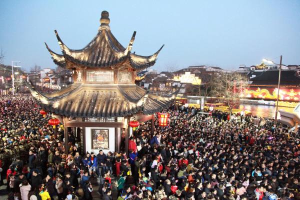 """ชาวเมืองหนันจิง มณฑลเจียงซูแห่กันออกมาชม """"โคมไฟ"""" (ภาพรอยเตอร์ส)"""