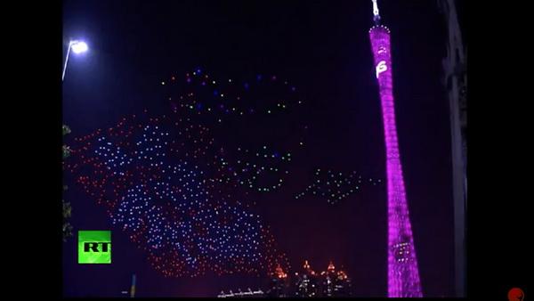 """""""โดรน"""" นับ 1,000 ตัว ประดับด้วยไฟหลากสีสันลอยขึ้นเหนือพื้นราว 120 เมตร (ภาพจากคลิป)"""