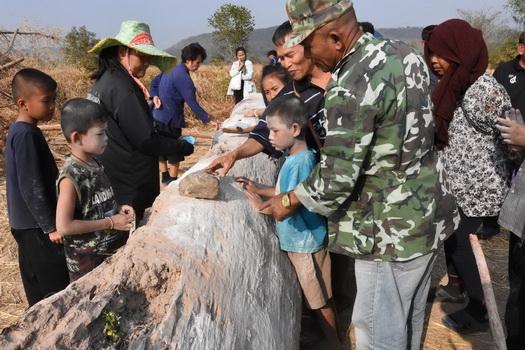 ชาวมุกดาหารตื่น! เจอต้นตะเคียนยักษ์อายุกว่า 200 ปี แห่ขอโชค(ชมคลิป)