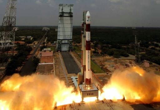 """อินเดียทำ """"สถิติโลก"""" ปล่อยดาวเทียม 104 ดวงเข้าสู่วงโคจรภายในครั้งเดียว"""