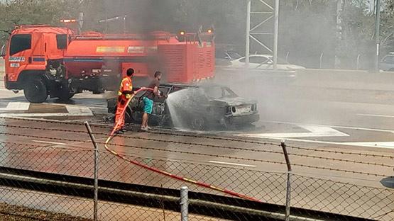 ไฟไหม้รถเก๋งวอลโว่วอดทั้งคันหนีรอดหวุดหวิดไร้เจ็บตาย