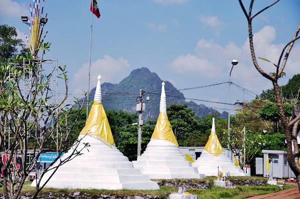 เจดีย์สามองค์ เห็นธงอยู่ในเขตพม่า
