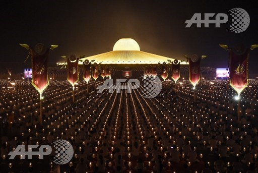Thai cops have uncovered secret tunnels running underneath a space-age temple of the controversial Dhammakaya Buddhist sect, as their manhunt for an elusive elderly monk accused of massive embezzlement entered a second day. -- Photo: AFP