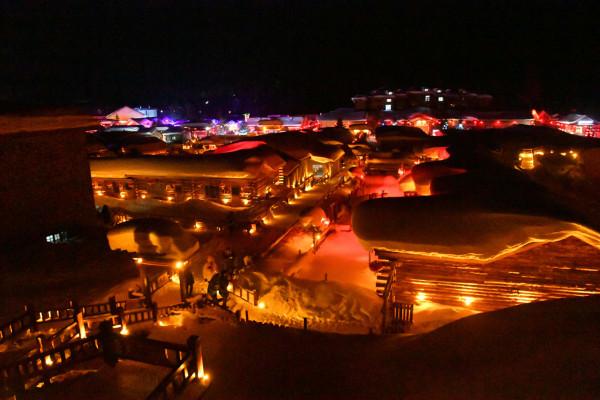 ปราย เมืองหิมะก็ถูกเนรมิตให้กลายเป็นเมืองแห่งความขาวบริสุทธิ์ (ภาพหวั่งอี้ สื่อจีน)