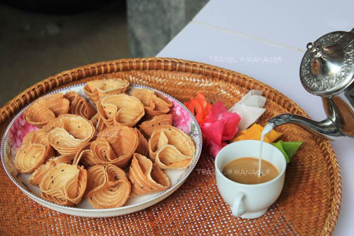 ขนมทองพับ พร้อมกาแฟมะพร้าว ของอร่อยของชุมชนตะเคียนเตี้ย
