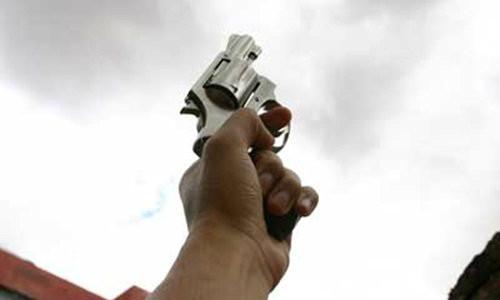 """ปัง ปัง ปัง...โชว์เท่ ยิงปืนขึ้นฟ้า! กี่ชีวิตแล้ว? ที่ต้อง """"สังเวย"""" จากความคะนองในคราบ """"ฆาตกร"""""""