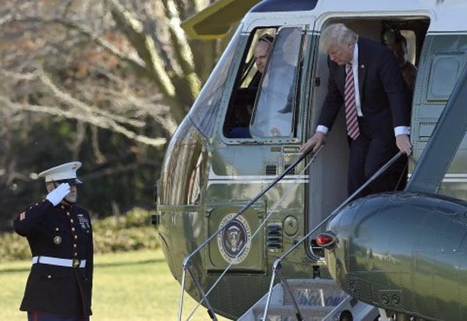 """ประธานาธิบดีโดนัลด์ ทรัมป์ และลูกสาว อิวานกา ทรัมป์ เดินทางไปร่วมพิธีศพของ  ไรอัน"""" โอเวนส์ นายทหารชั้นประทวนสังกัดกองกำลังรบพิเศษแห่งกองทัพเรือสหรัฐฯ หรือหน่วยซีล  ซึ่งได้เสียชีวิตลงระหว่างการปฏิบัติการในเยเมน"""