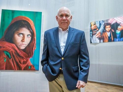 สตีฟ แมคเคอร์รี่ ในนิทรรศการแสดงผลงานของเขา ณ  กรุงบรัสเซลส์ ประเทศเบลเยียม (ภาพโดย When Pictures Tell The Truth)