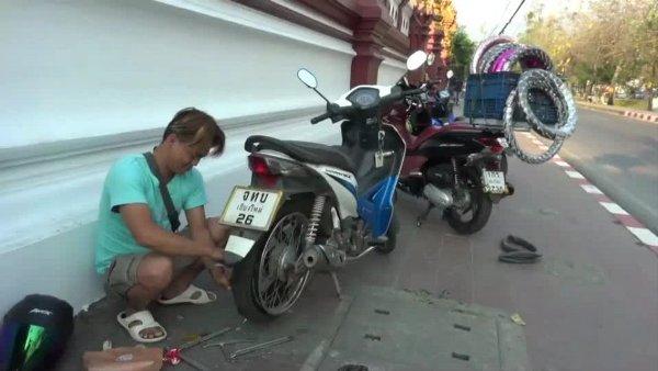 เยี่ยม หนุ่มพม่าไอเดียแจ่ม แจกเบอร์รับปะยางทั่วเชียงใหม่ ทำเงินวันละเป็นพัน(ชมคลิป)