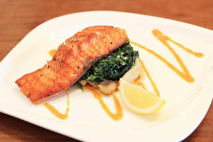 """""""สเต็กปลาแซลมอนกับผักโขมและเห็ดออรินจิผัดกับชีส"""""""