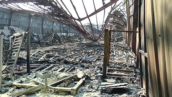 คืบไฟไหม้โกดังเฟอร์นิเจอร์ มีเสียงระเบิดดังก่อนไฟลุกท่วมวอด 100 ล้าน