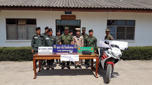 ร.อ.สมชาย ฤทธิ์อินทร์ รักษาราชการ หัวหน้าสถานีเรือสังคม แถลงจับกุมผู้ต้องหาขนยาบ้าพร้อมของกลาง