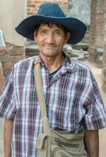 นายจำเลย บุญเรือน อายุ 63 ปี ชาวบ้านหมู่ 6 ต.ศรีสัชนาลัย ผู้สืบทอดหน้าที่ในการปีนยอดองค์พระปรางค์ด้วยมือเปล่า