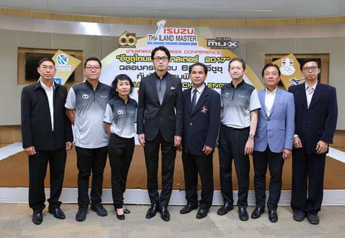 """กลุ่มตรีเพชร โดย  มร.โทชิอากิ  มาเอคาวะ กรรมการผู้จัดการ บริษัท ตรีเพชรอีซูซุเซลส์ จำกัด เป็นประธานในงานแถลงข่าวการแข่งขันกอล์ฟรายการ """"อีซูซุไทยแลนด์มาสเตอร์ 2017"""" ฉลองครบรอบ 60 ปีของการดำเนินธุรกิจอีซูซุในประเทศไทย โดยมี ดร. เลอภพ โสรัตน์ นายกสมาคมผู้สื่อข่าวกีฬาแห่งประเทศไทย ร่วมงาน ณ สนามไดร์ฟโพธาลัยเลเซอร์ปาร์ค เมื่อวันก่อน"""