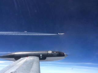 เครื่องบินอีก 3 ลำที่บินตามหลังเครื่องบินเจ็ทดีซี-8 ที่เติมเชื้อเพลิงชีวภาพ โดยเครื่องบินเจ็ทเอชยู-25ซีการ์เดียน อยู่ด้านหน้าสุดของภาพ และอยู่ห่างจากเครื่องบินเชื้อเพลิงชีวภาพ 250 เมตร ( National Research Council of Canada)