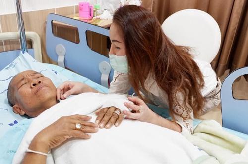 """""""หญิงลี"""" สุดดีใจ แม่ออกจากห้อง ICU จัดแหวนเพชรรับขวัญ พร้อมมอบเก้าอี้ให้ รพ. เป็นเงิน 100,000 บาท"""
