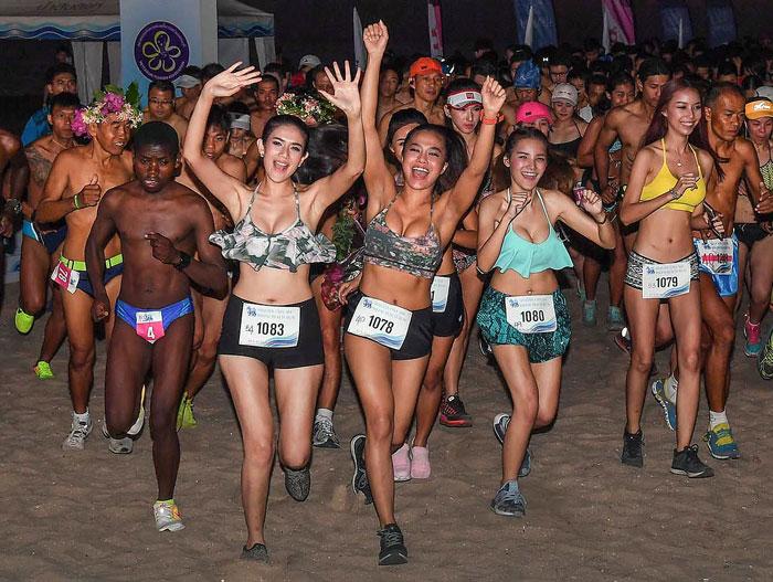นักวิ่งทั้งชาวไทยและต่างชาติ กว่า 1,100 คน ร่วมแข่งขันวิ่งบิกินี่ รายการ สิงห์ หาดชะอำ บิกินี่ บีช รัน 2017 จัดต่อเนื่องเป็นปีที่ 9 เพื่อส่งเสริมการท่องเที่ยว ที่ชายหาดชะอำ จ.เพชรบุรี เมื่อ 19 มี.ค.60