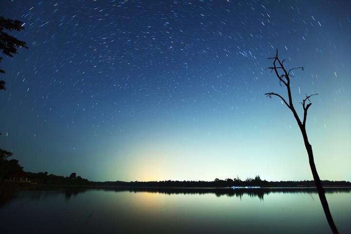 ตัวอย่างภาพถ่ายในแต่ละเฟรม ที่ใช้เวลาถ่ายภาพนานๆ และใช้ ISO ต่ำ ซึ่งจะได้ภาพดาวเป็นเส้น