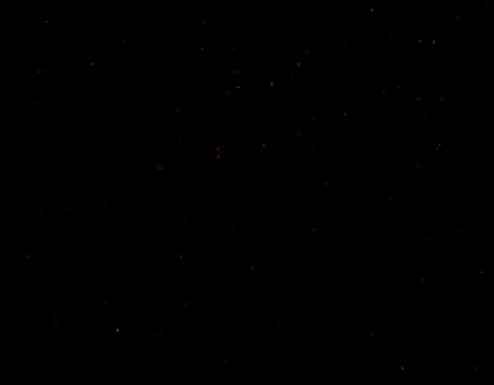 ตัวอย่างภาพ Dark Frame  ซึ่งเป็นภาพมืดๆ แต่หากลองสังเกตดีๆ จะเห็นภาพในภาพมืดนั้น ยังมีจุดสีแดง หรือสีน้ำเงินปรากฏในภาพ ซึ่งก็คือจุดสัญญาณรบกวนนั่นเอง โดยจุดเหล่านี้คือ จุดที่เราจะใช้เป็นจุดอ้างอิงในการลบสัญญาณรบกวนด้วยโปรแกรม StarStaX ในภายหลัง