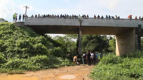 กระบะบรรทุกชาวลาวเสียหลักชนราวสะพาน ทำคนงานกระเด็นตกสะพานดับ 1 เจ็บ 5
