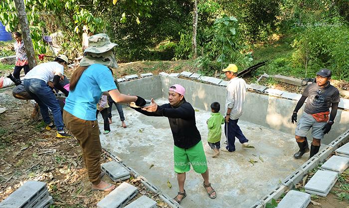 ช่วยชาวบ้านทำบ่อเลี้ยงปลา