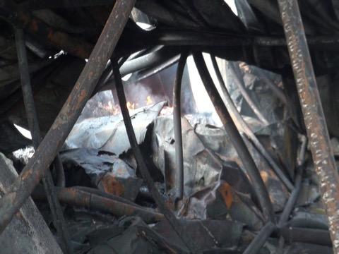 ยังระอุ..ไฟไหม้โรงงานผลิตซองพลาสติกต้องฉีดน้ำเลี้ยง เจ้าของยืนยันไม่ทิ้งพนักงาน