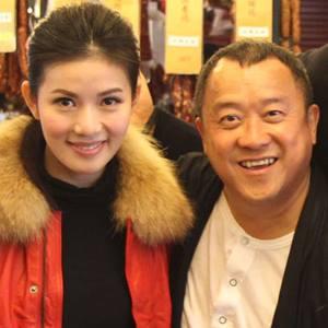 นี่ไม่ใช่การถ่ายรูประหว่างนางเอกกับตัวประกอบ แต่เป็น คาสโนว่า กับ เด็กที่เขาควง เธอคือดาราสาว Meini Cheung