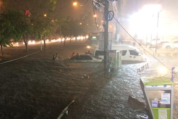 อ่วมอีกแล้ว! พายุฤดูร้อนหอบฝนถล่มเมืองโคราช ท่วมหนักหลายจุดซ้ำซาก (ชมภาพชุด)