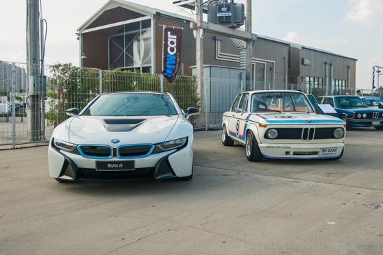 รุ่นใหม่ล่าสุดอย่าง BMW i8 Plug-In Hybrid กับ เจ้าคุณทวด E21 ซีรีส์ 3 รุ่นที่ 1 ถึงจะมีอายุห่างกันร่วม 40 ปี แต่ยังคงมีเสน่ห์ในแบบฉบับของ BMW อย่างเต็มที่