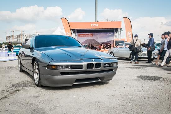 BMW E31 ซีรีส์ 8 ยุค 1989-1999 รถที่หลายคนสงสัยว่าการออกแบบอย่างนี้เหรอคือ BMW ซึ่งเจ้าคันนี้มีหน้าตาที่ฉีกแนวจากทุกรุ่น แต่ยังคงเอกลักษณ์ไตคู่หน้าเอาไว้ ถ้าจะพูดว่าเป็นซูเปอร์คาร์สายพันธุ์ BMW ก็ไม่ผิด และเจ้ารุ่นนี้ผลิตทั้งหมด 31,062 คัน เท่านั้น เครื่องยนต์มีทั้งแบบ V8 และ V12