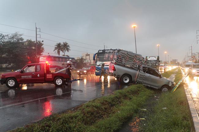 รถติดหนึบพหลโยธิน-คลองหลวง !ฝนตกถนนลื่น เกิดอุบัติเหตุซ้ำซ้อนหลายจุด