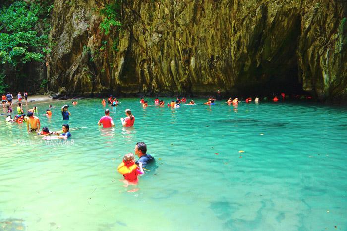 บรรยากาศชวนเล่นน้ำในถ้ำมรกต